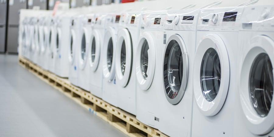 Une rangée de sèche-linge et de lave-linge