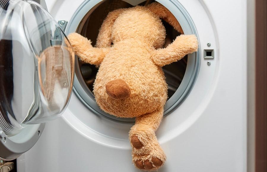 un lapin en peluche prêt à tester le sèche-linge à condensation classique ou le sèche-linge pompe à chaleur