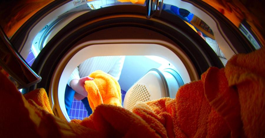 le tambour d'un sèche-linge avec serviettes