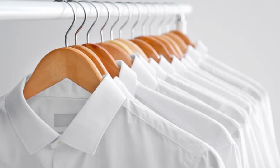 Des chemises blanches séchées avec un sèche-linge
