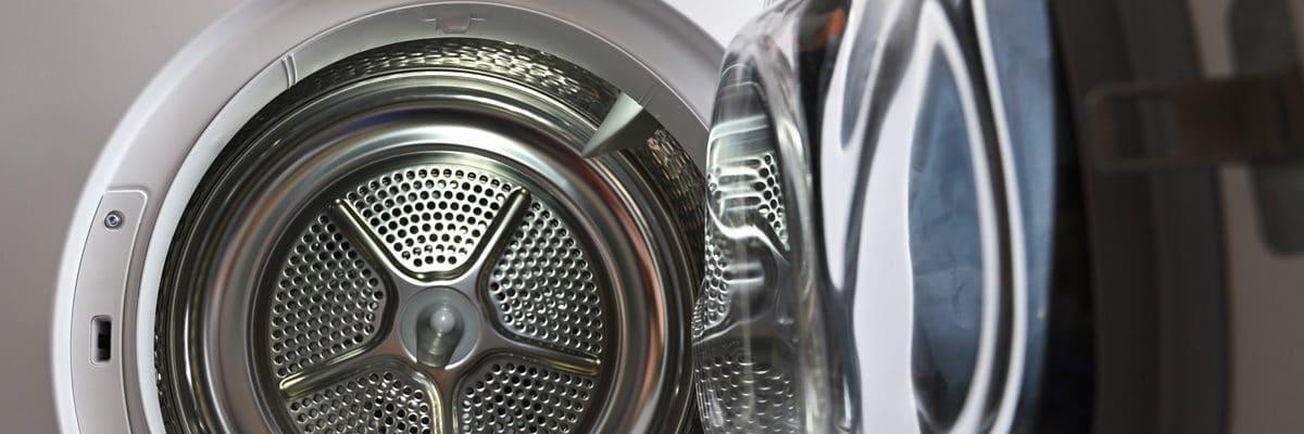 La porte ouverte sur le tambour d'un sèche linge condensation