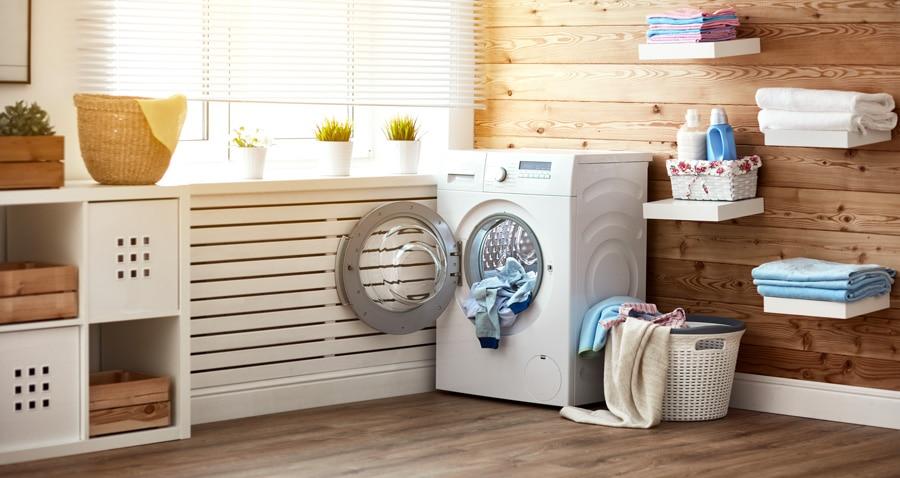 une belle salle de bains en bois avec une machine à laver neuve