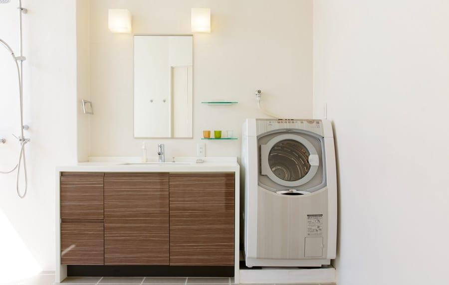 un sèche-linge dans une salle de bains