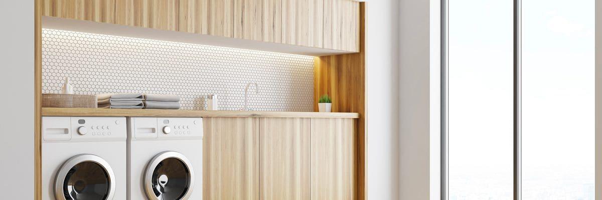 Un lave-linge et un sèche-linge dans une buanderie design et boisée