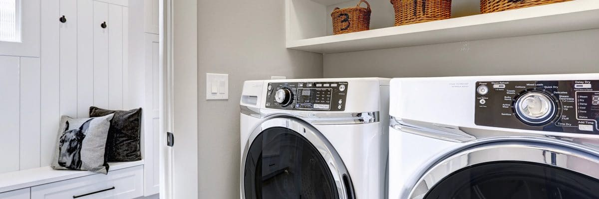 Un sèche linge et un lave linge dans une belle buanderie