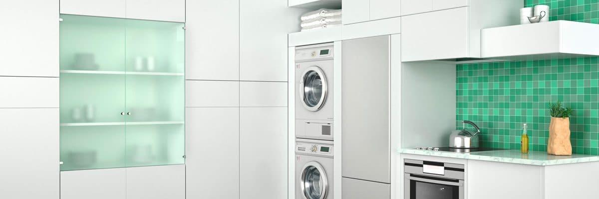 un sèche-linge et un lave-linge encastrables dans un cuisine design blanche