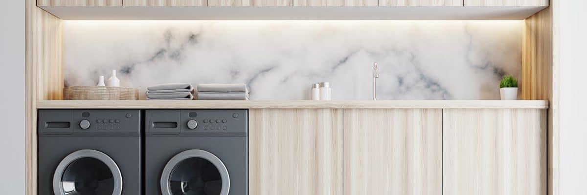 Un combo sèche-linge et lave-linge dans une belle buanderie boisée