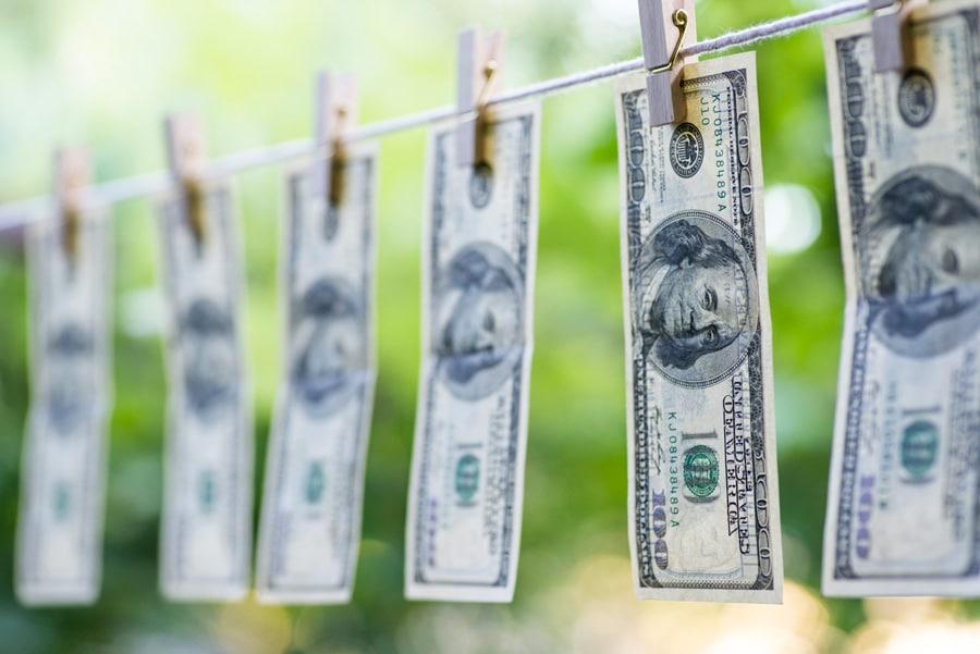 De l'argent sèche sur une corde à linge