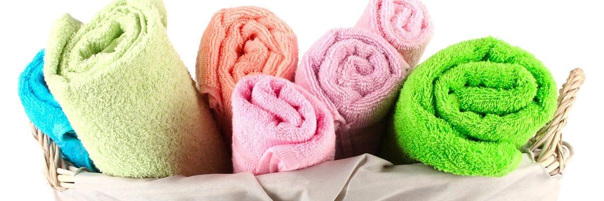 Des serviettes colorées séchées rapidement avec un sèche-linge à condensation